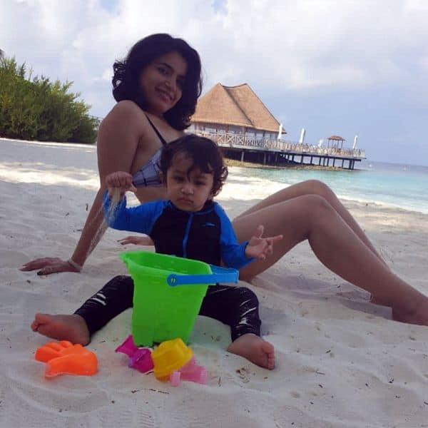 बच्चे के साथ खेलती दिखीं प्रिया आहूजा (Priya Ahuja)