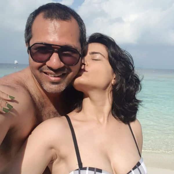 पति पर प्यार बरसाती नजर आईं प्रिया आहूजा (Priya Ahuja)