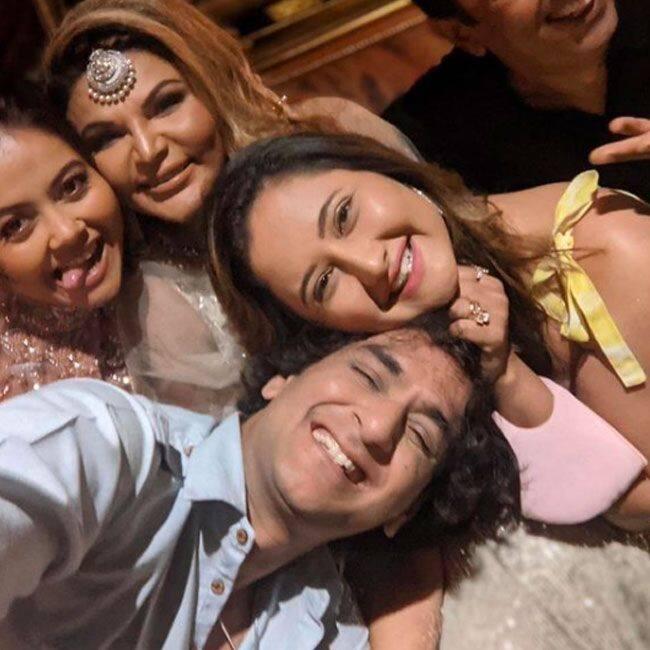 दोस्तों के साथ पार्टी करती दिखीं राखी सावंत (Rakhi Sawant)