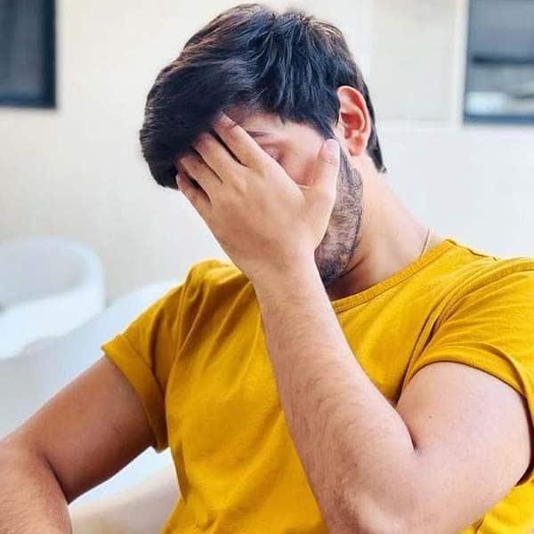 मुंबई के होटल में 'इंडियन आइडल 12' कंटेस्टेंट नचिकेत लेले (Nachiket Lele) ने छिपाया चेहरा