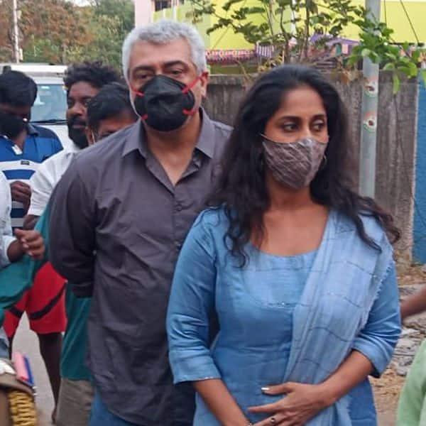 पत्नी शालिनी के साथ वोट डालने आए अजित (Ajith)
