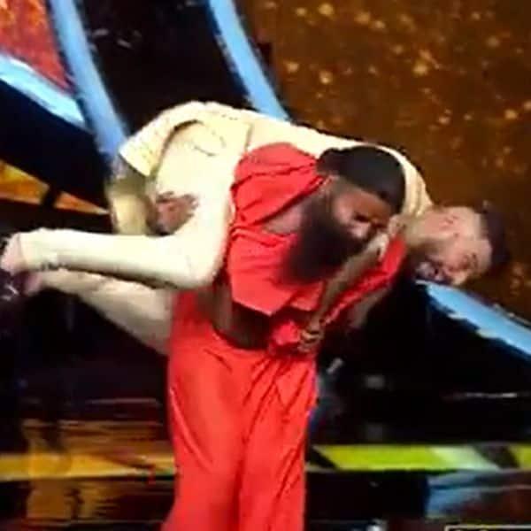 रामदेव ने जय भानुशाली (Jay Bhanushali) को कंधे पर उठाया