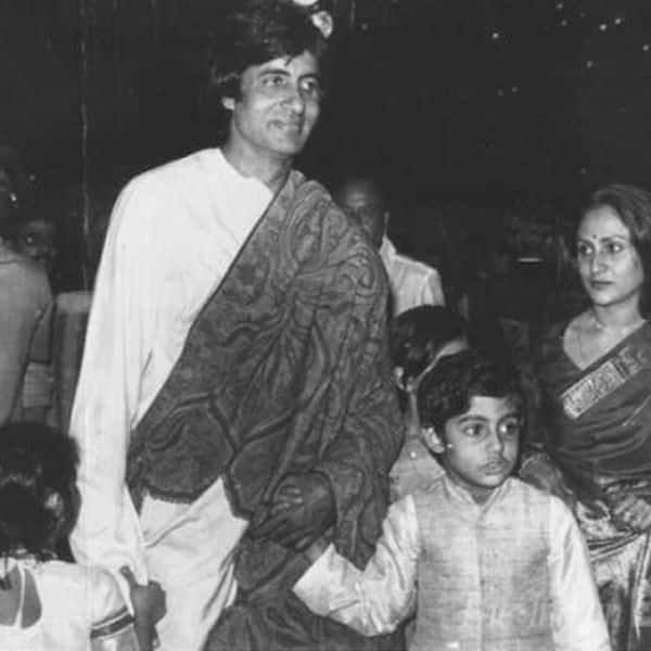 पति अमिताभ बच्चन और बच्चों के साथ बैकड्रॉप में दिखीं जया बच्चन
