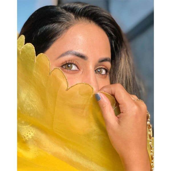नजरों से हिना खान (Hina Khan) ने की बातें