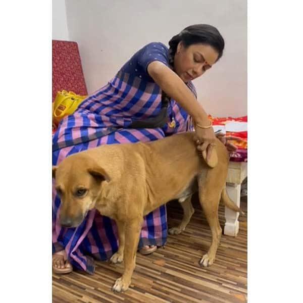 'अनुपमा' के सेट पर कुत्त्ते का मेकअप करती दिखीं रूपाली गांगुली