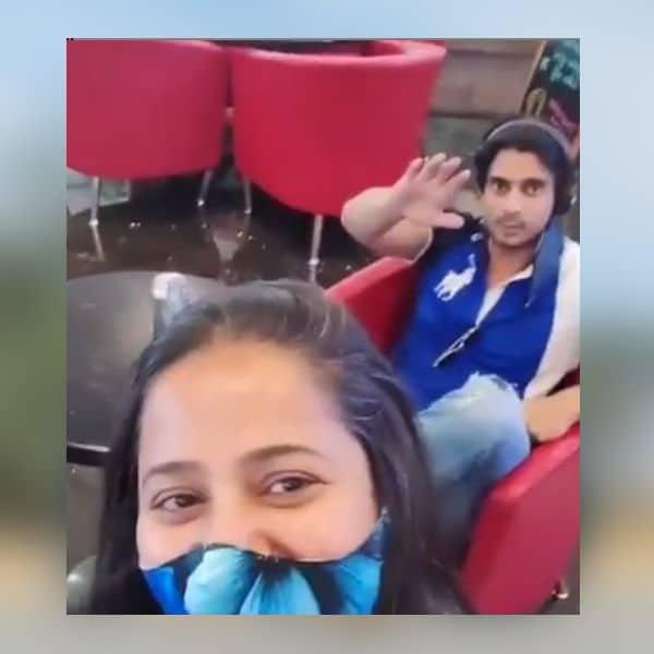 अपनी ऑनस्क्रीन मां के साथ पोज देते दिखे गश्मीर महाजनी (Gashmeer Mahajani)