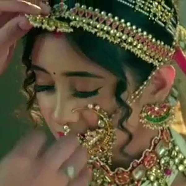 सीरत (Shivangi Joshi) की नथ ने खींचा सबका ध्यान