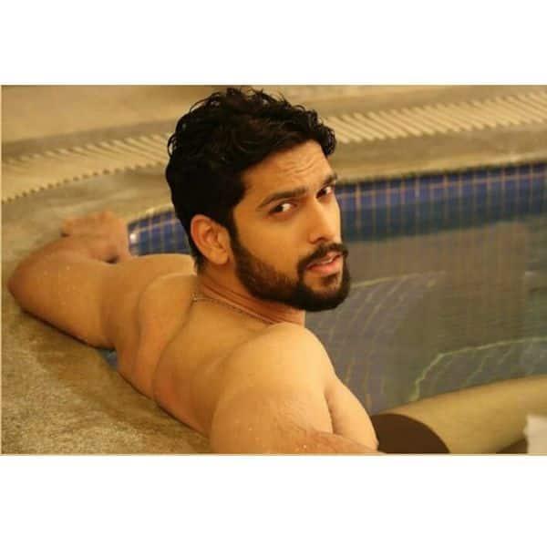 पानी में पोज देता दिखा राघव (Sai Ketan Rao)