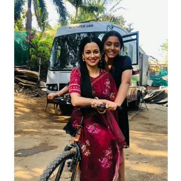 ज्योति गौबा (Jyoti Gauba) को साइकिल की सैर करवाती हैं सुंबुल तौकीर खान (Sumbul Touqueer Khan)