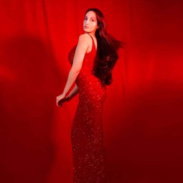 उफ… कयामत है हॉट रेड बॉडीकॉन ड्रेस में नोरा का अंदाज