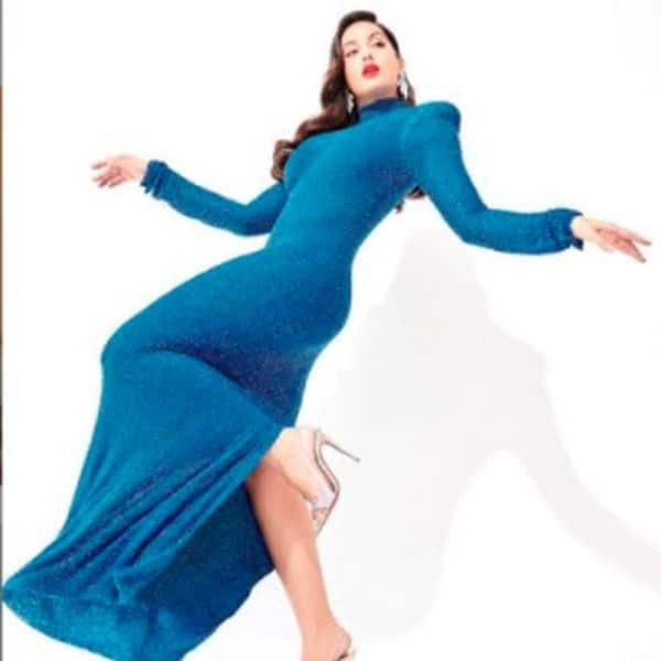 नीले रंग की सेक्सी ड्रेस में गिर-गिरकर धड़काए दिल