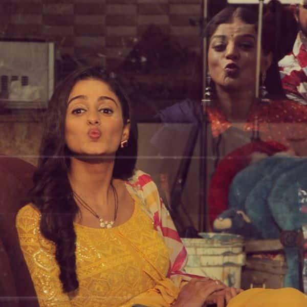 मिताली नाग के साथ तस्वीरें क्लिक करती दिखीं आयशा सिंह (Ayesha Singh)