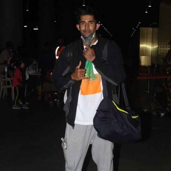 एयरपोर्ट लुक में नजर आए वरुण सूद (Varun Sood)