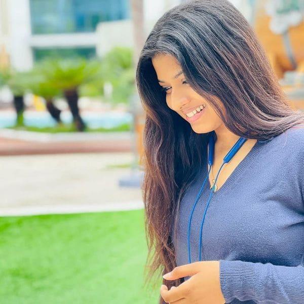 शरमाते हुए पोज देती नजर आई अरुणिता कांजीलाल (Arunita Kanjilal)