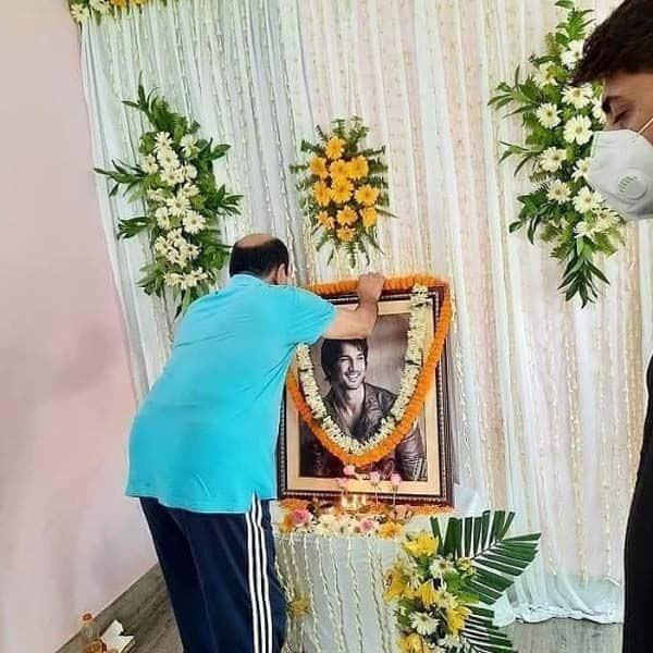 सुशांत सिंह राजपूत (Sushant Singh Rajput) की फोटो पर पिता ने चढ़ाया हार