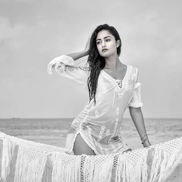 समुंदर के पानी में भीगकर नमकीन हुई Tridha Choudhury