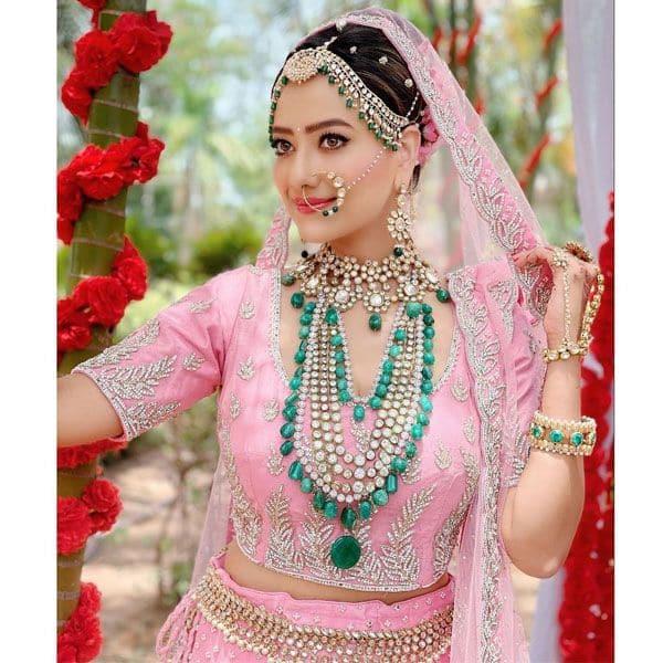 खूबसूरक है काव्या (Madalsha Sharma) का गुलाबी जोड़ा