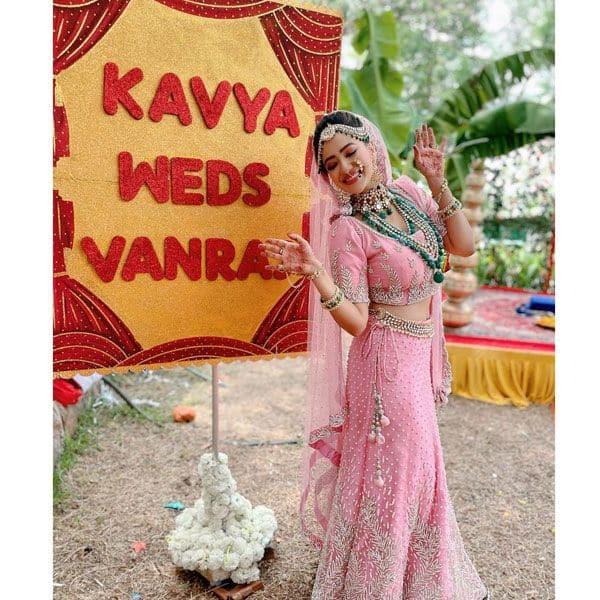 शादी के मंडप पर पोज देती हुई काव्या (Madalsha Sharma)