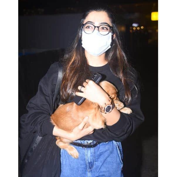 रश्मिका मंदाना (Rashmika Mandanna) ने एयरपोर्ट पर मारी सॉलिड एंट्री
