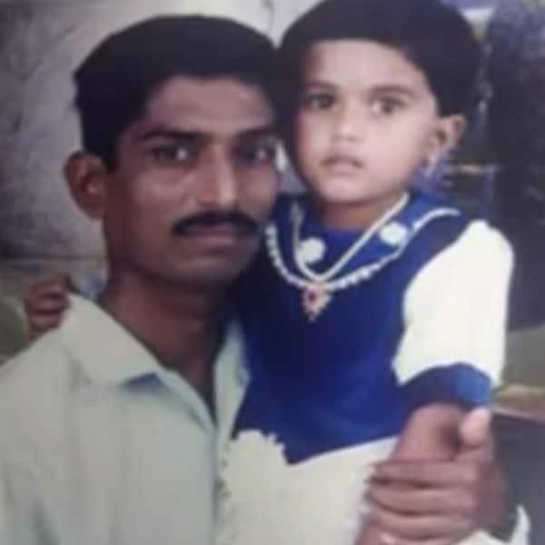 पिता के साथ सायली कांबले (Sayli Kamble)