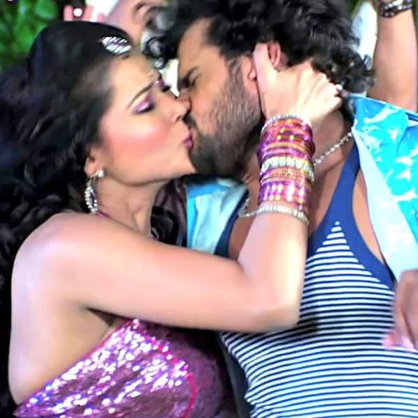 सीमा सिंह (Seema Singh) kissing Khesari Lal Yadav