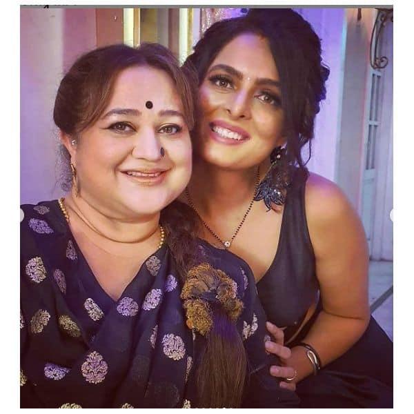 कैमरे को देखकर मुस्कुरा दी शर्लिन (Ruhi Chaturvedi)