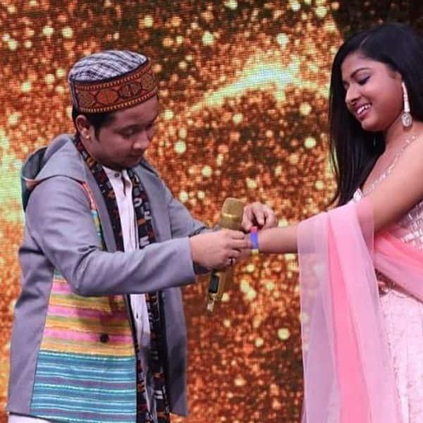 शो पर पवनदीप ने अरुणिता कांजीलाल (Arunita Kanjilal) को पहनाया बैंड