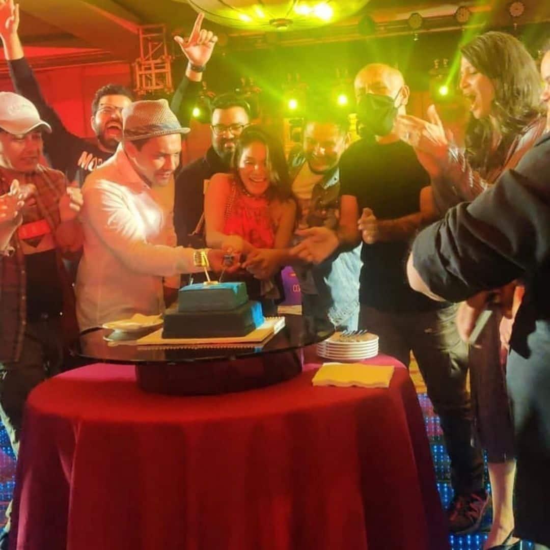 जजों ने मिलकर काटा केक