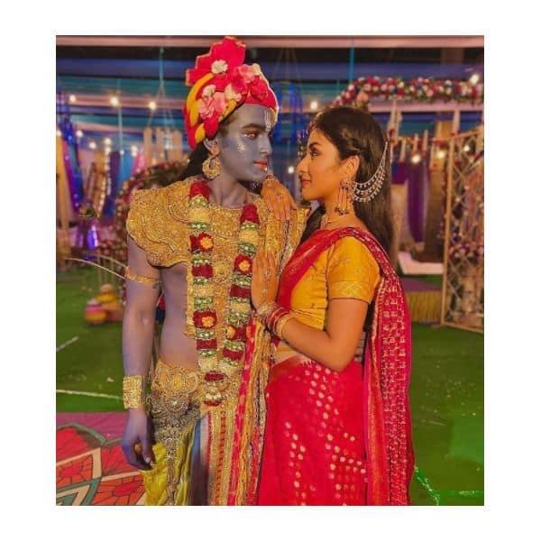 अनिरुद्ध (Pravisht Mishra) की आंखों में खोई बोंदिता (Anchal Sahu)