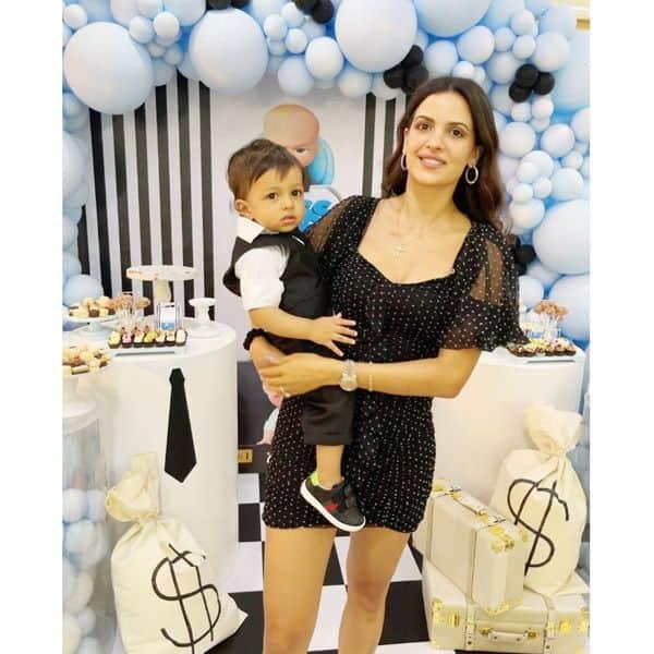 बेटे के साथ पोज देती नजर आईं नताशा स्टानकोविक (Natasa Stankovic)