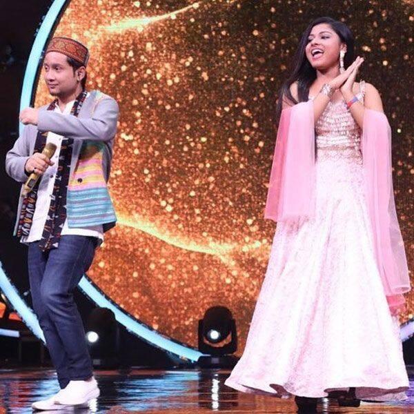 स्टेज पर अरुणिता कांजीलाल (Arunita Kanjilal) के साथ पवनदीप राजन (Pawandeep Rajan) ने किया डांस