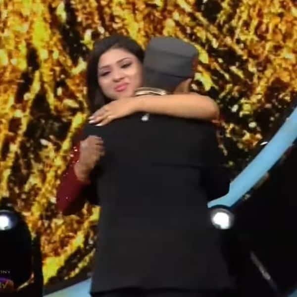 अरुणिता ने पवनदीप राजन को गले लगा दी बधाई
