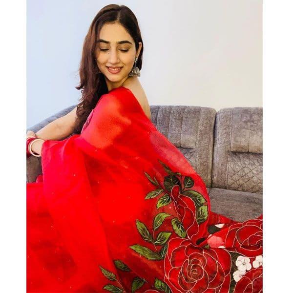 लाल साड़ी में खूबसूरत दिख रही हैं दिशा परमार (Disha Parmar)