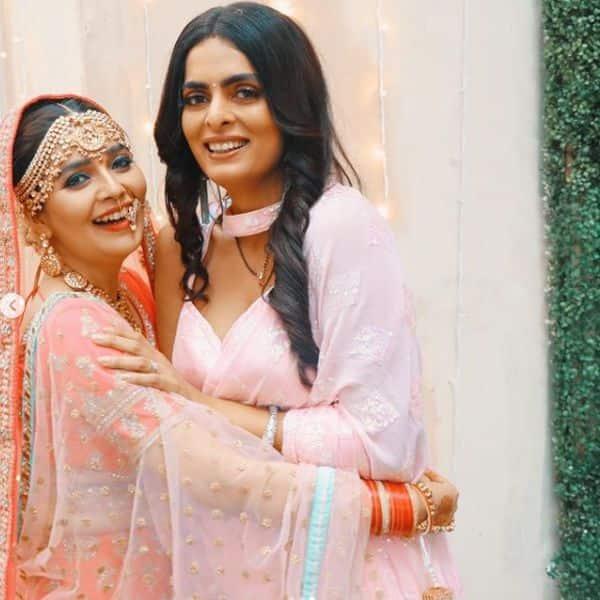 सोनाक्षी (Mansi Srivastava) ने शर्लिन (Ruhi Chaturvedi) के साथ खूब दिए पोज