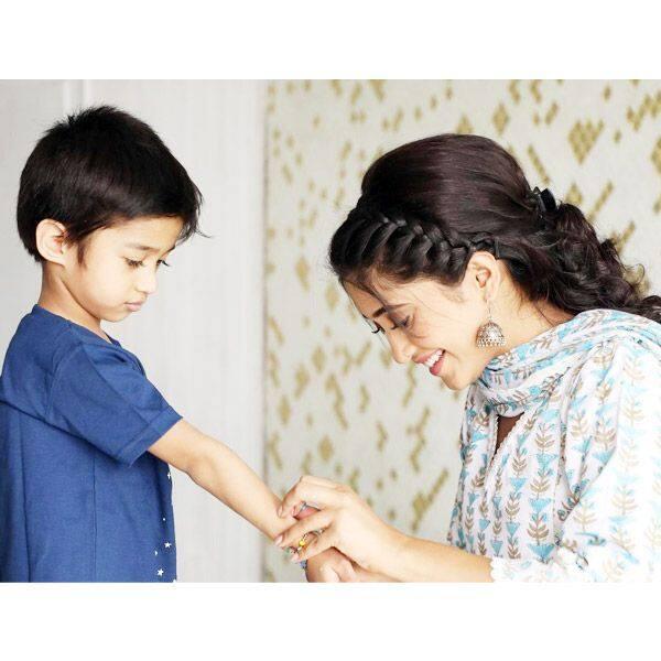 घर के छोटे बच्चों पर शिवांगी जोशी ने लुटाया प्यार