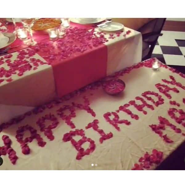 गुलाब के फूलों से सजाया था टेबल