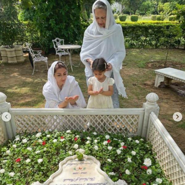 पिता की कब्र पर बेटी और मां के साथ पढ़ी सोहा ने दुआ