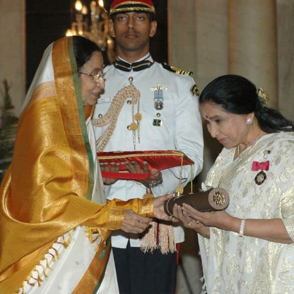 आशा (Asha Bhosle) को मिल चुके हैं दर्जनों पुरस्कार