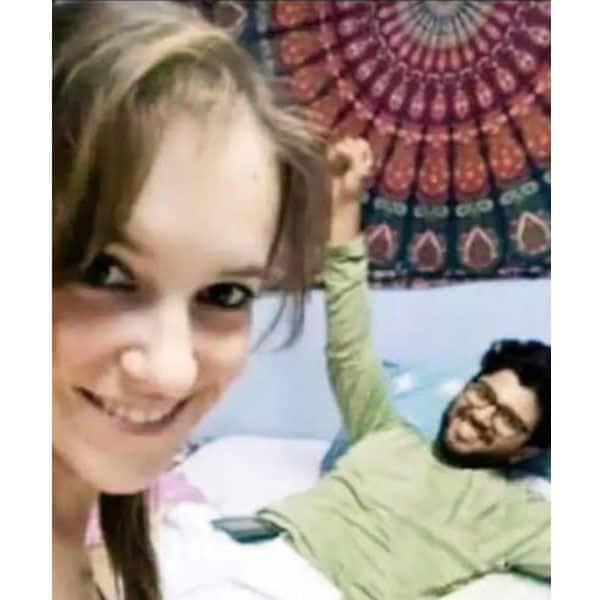 अंजान लड़की संग बिस्तर में लेटे दिखे विजय देवरकोंडा