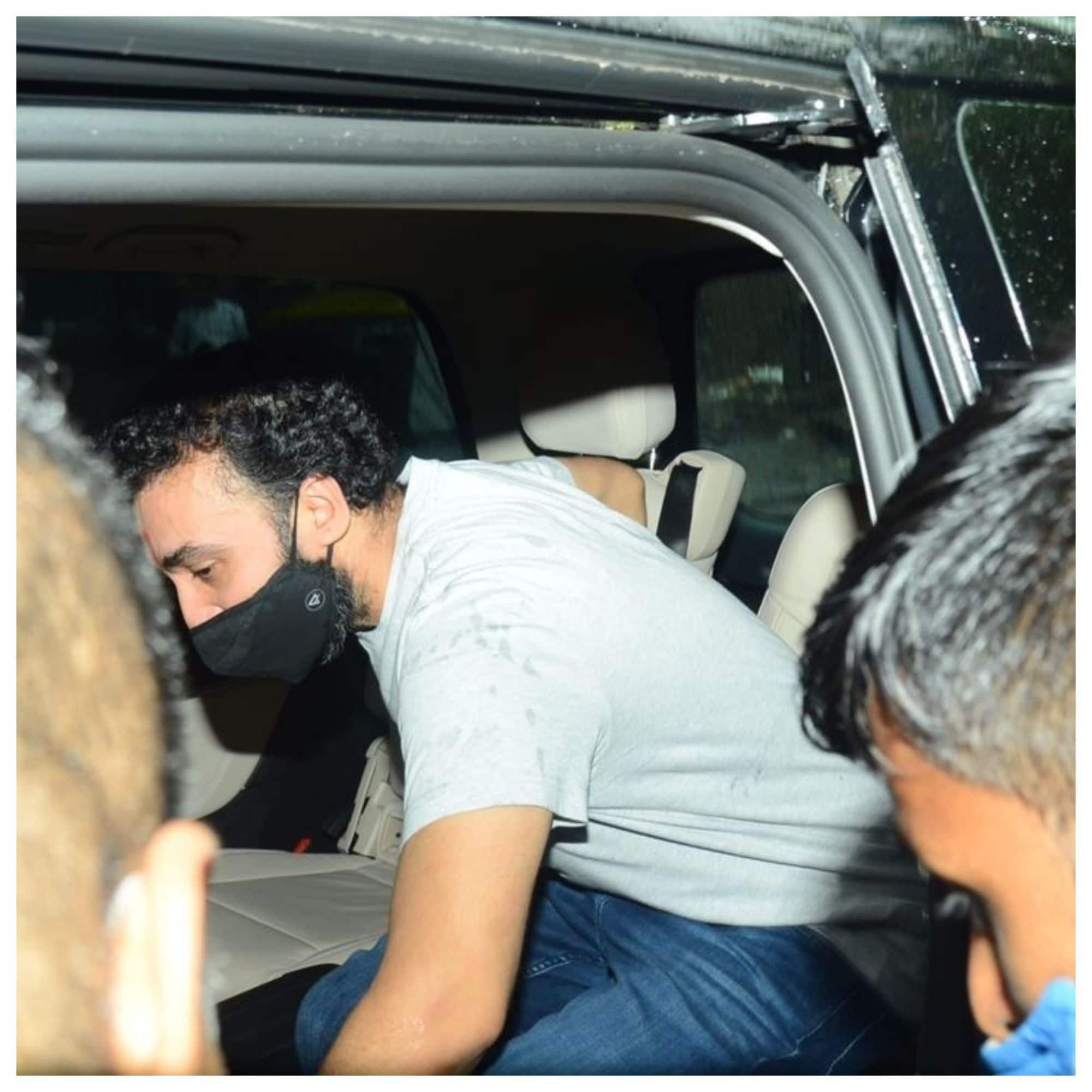 चुपचाप कार में बैठे राज कुंद्रा
