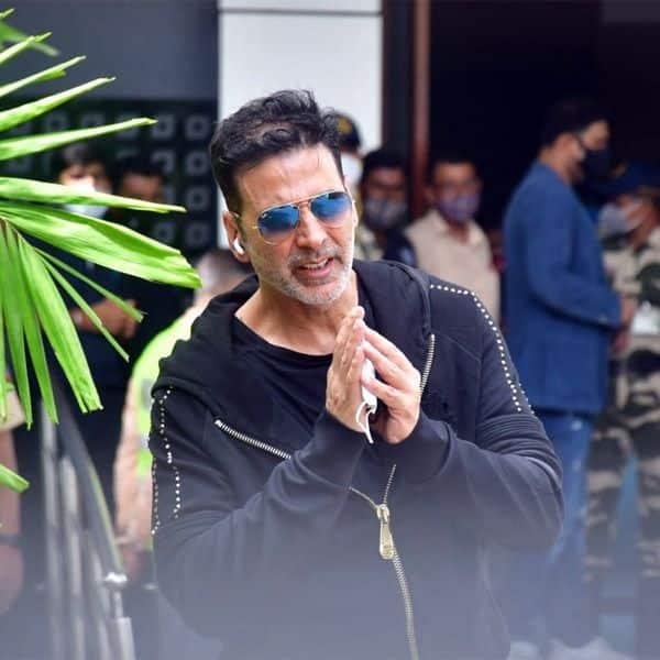 मीडिया के आगे हाथ जोड़ते नजर आए अक्षय कुमार (Akshay kumar)
