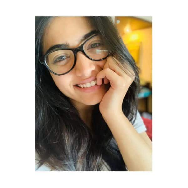 चश्मे में बड़ी ही प्यारी लगती हैं रश्मिका मंदाना (Rashmika Mandanna)