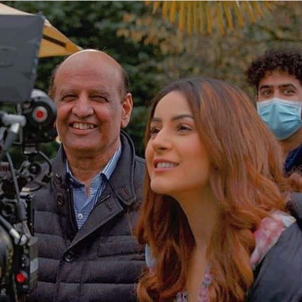 कैमरे के साथ क्या कर रही हैं शहनाज गिल (Shehnaaz Gill)