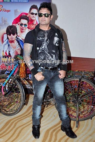 Aamir Khan's look alike strikes a poise for cameras