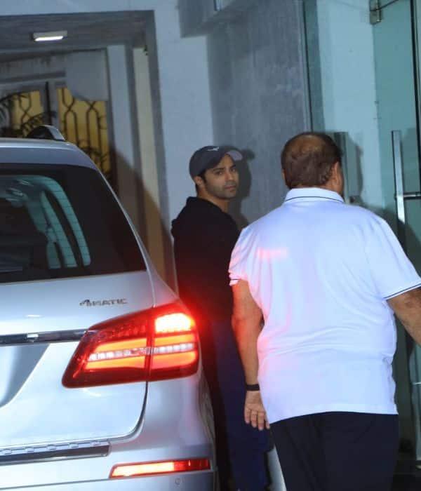 Varun Dhawan और Natasha Dalal को मिला पापा David Dhawan का साथ