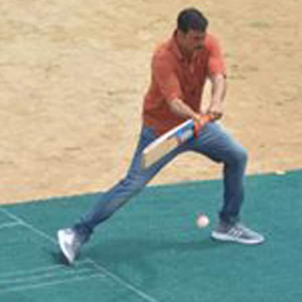 After taking dip in holy ganges, Akshay Kumar tries hands on cricket in Varanasi
