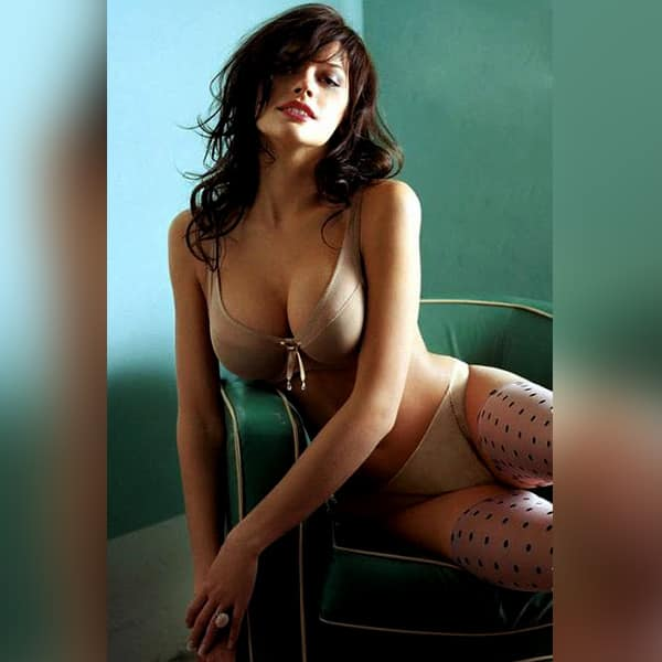 Anne Hathway Flaunts Her Hot Bod And We Cant Stop Drooling