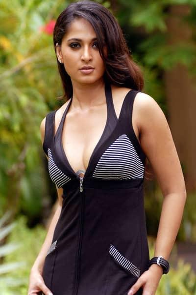 Anushka Shetty flaunts her cleavage