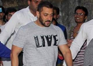 Salman on street of Mumbai surrounded by fans