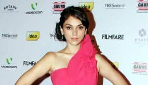 Filmfare Awards 2013 nomination party: Priyanka Chopra dazzles, Anushka Sharma disappoints on the red carpet